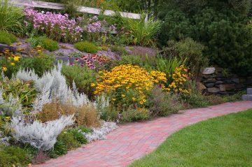 Sposób na aranżację ogrodu ze skarpą
