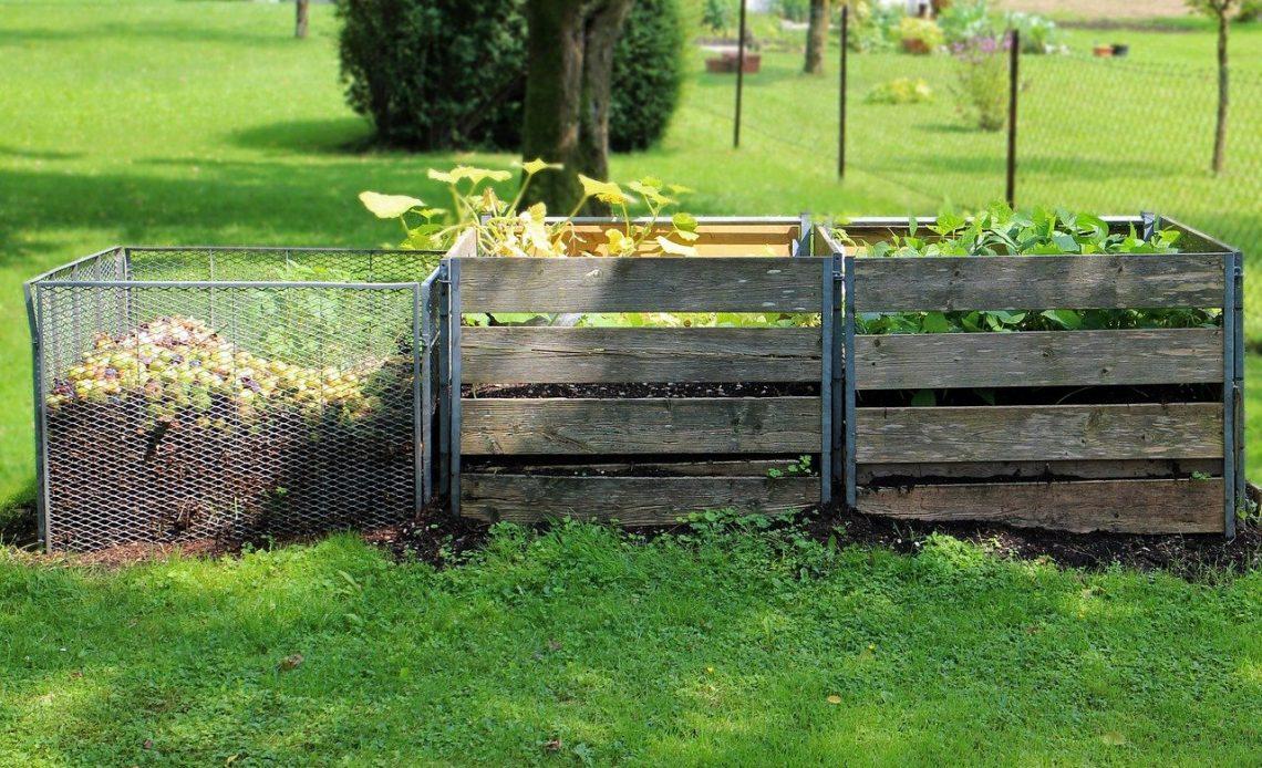kompostownik z palet w ogrodzie