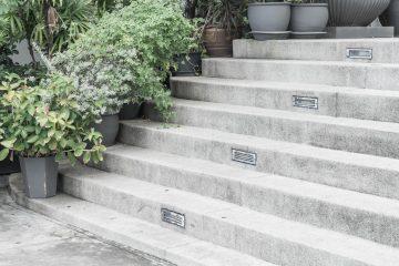 Trwałe schody wejściowe do domu i na taras