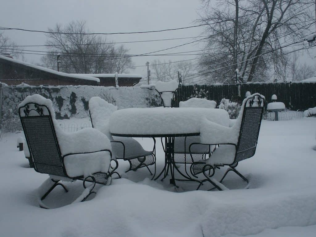 meble ogrodowe przysypane śniegiem