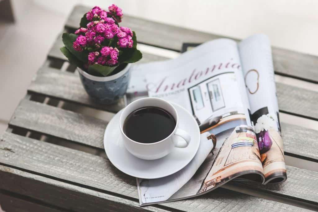 czytanie gazety przy kawie