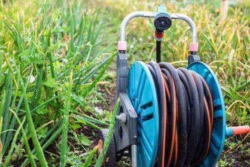 Porządki w ogrodzie - wąż ogrodowy zwijany i inne opcje przechowywania