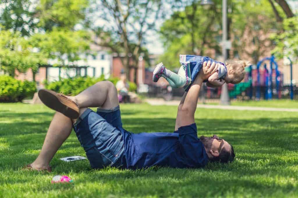 tata z dzieckiem na trawniku