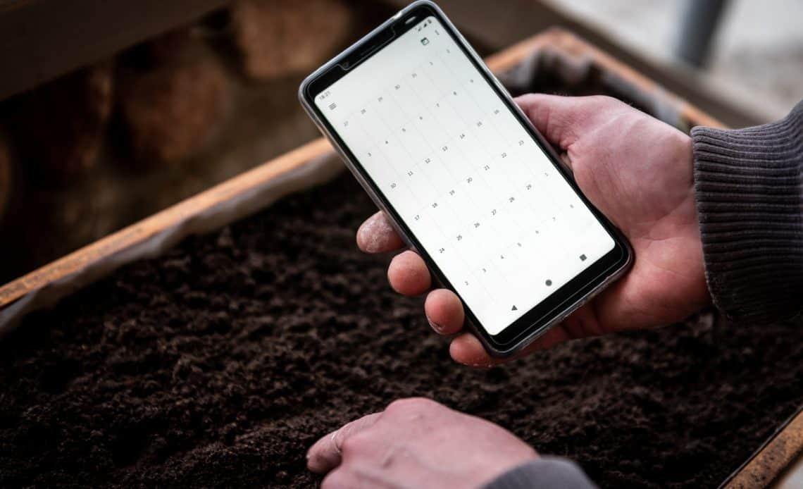 ogrodnik z kalendarzem w telefonie