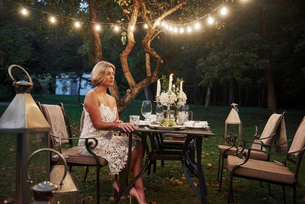 kobieta w oświetlonym ogrodzie