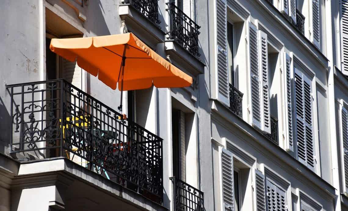 balkon z parasolem