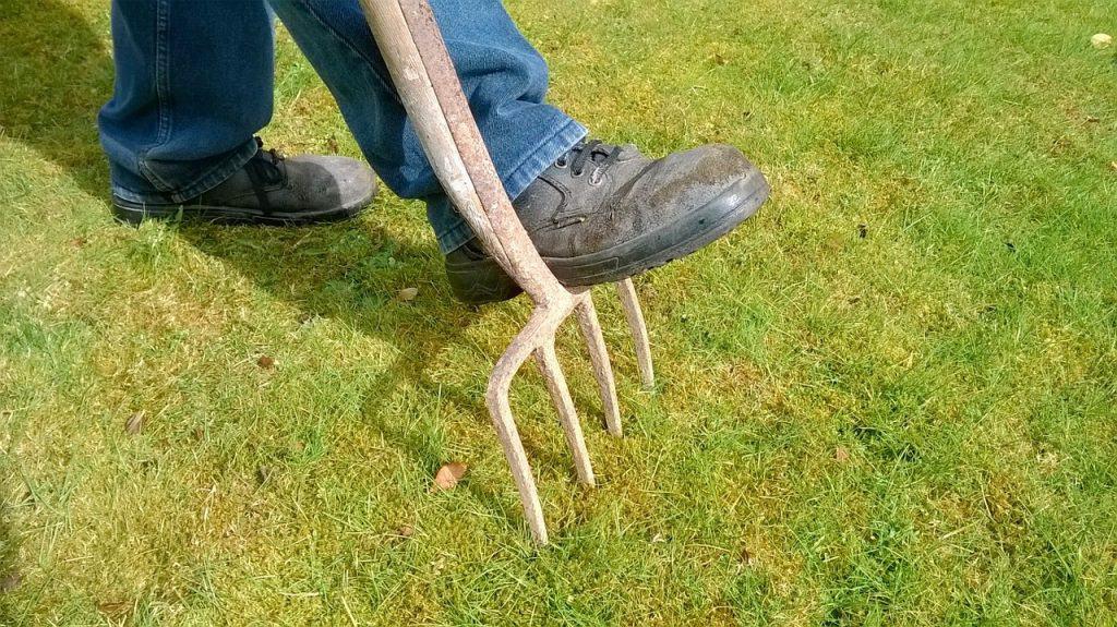 ogrodnik z widłami