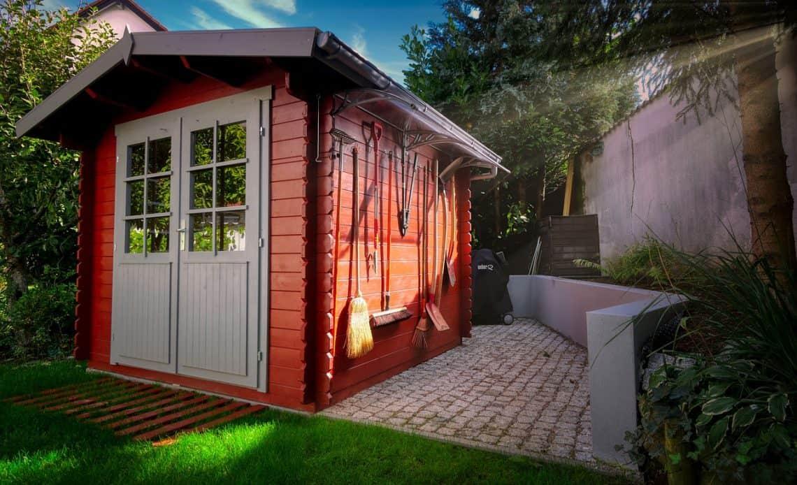 wiata garażowa w ogrodzie
