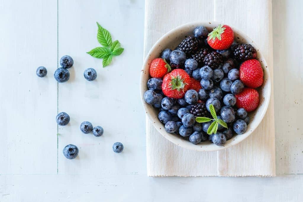 owoce jagodowe w misce